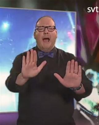 SHOWTIME- un interprète en langue des signes vole la vedette au chanteur qu'il traduit (vidéo) 124