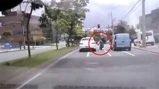 Ce motard tente de donner un coup de pied dans une portière… et va vite le regretter (vidéo) 117