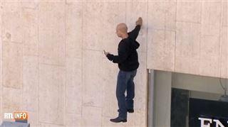 Cet homme flotte mystérieusement dans les airs, les passants sidérés par la scène (vidéo) 94