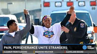 Elle termine la course en dernier avec l'aide d'un policier, la foule l'acclame pour son courage 57
