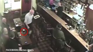 MYSTÈRE- cette pinte de bière explose sans raison, les barmen croient à un fantôme (vidéo) 49