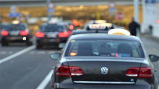 Bruxelles- le taximan roulait avec un policier sur le capot 15