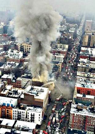 Explosion et incendie gigantesque à New York: deux immeubles s'effondrent