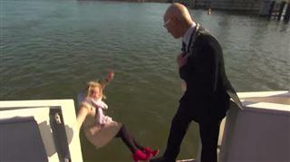 En pleine interview sur un bateau, cette journaliste ne s'attendait pas à finir à la mer (vidéo) 63