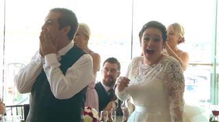 Énorme surprise- des jeunes mariés choisissent la musique de leur première danse et la star vient en personne chanter pour eux! (vidéo) 23