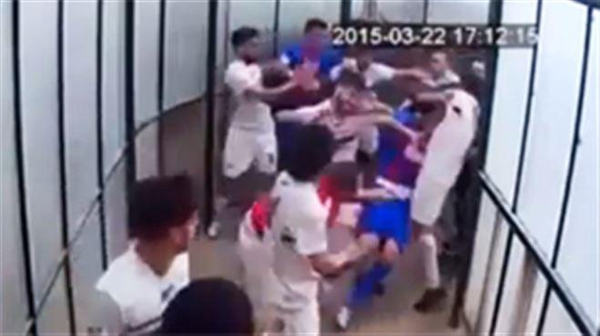 Images d'une incroyable violence dans le tunnel d'un stade en Sicile- la fédération veut 59 matchs de suspension (vidéo) 17
