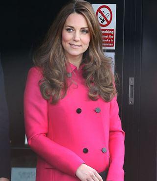 Enceinte de 8 mois, Kate Middleton apparait élégante et souriante pour son dernier engagement public (vidéo) 20