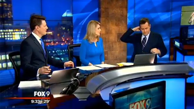Moment embarrassant pour ce présentateur météo, il sort quelque chose d'étrange de sa veste… (vidéo) 15