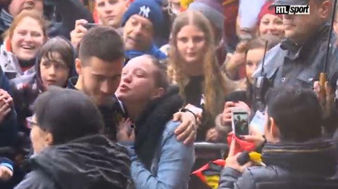 Bain de foule pour les Diables Rouges- une supportrice, en pleurs, saute au cou d'Eden Hazard (vidéo) 15