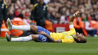Un joueur chilien s'essuie les crampons sur Neymar lors d'un match amical (vidéo) 24