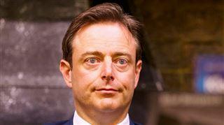 Pourquoi une plainte a-t-elle été déposée contre De Wever? 3