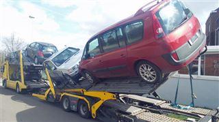 Un camion transportant des voitures en difficulté à Couillet- Les véhicules se sont retrouvés presque dans le vide 11
