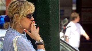 Les tabacologues sont de plus en plus appelés à la rescousse- Quand les fumeurs sont sur le trottoir, ils ne font pas l'apologie du bonheur de fumer 2