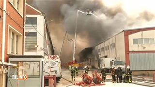 Incendie spectaculaire dans un entrepôt de textile au nord de Paris- les dégagements de fumée ont stoppé la route des vacanciers (vidéo) 3