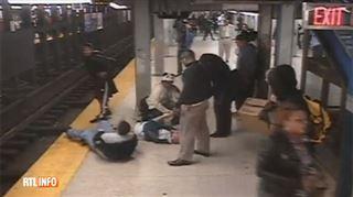 Un homme tombe sur des rails de métro aux Etats-Unis- un voyageur n'hésite pas à le rejoindre pour lui porter secours (vidéo) 3