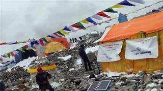 Ce moment terrifiant où une avalanche arrive sur leur camp de l'Everest (vidéo) 2
