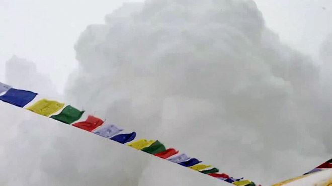Ce moment terrifiant où une avalanche arrive sur leur camp de l'Everest (vidéo) 1