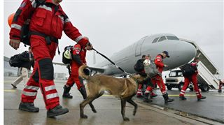 Il y a trop de convois humanitaires pour le Népal- l'équipe belge ne peut pas atterrir 2