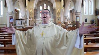 Le prêtre d'une petite ville irlandaise devient une star internationale grâce à sa voix (vidéos) 5