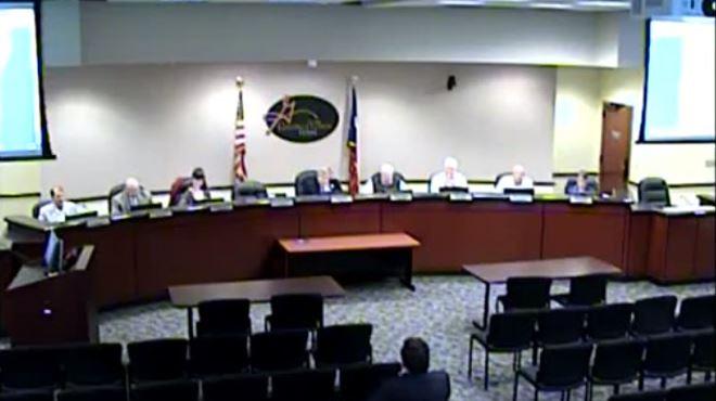 Hilarant- un conseiller municipal oublie d'éteindre son micro pendant qu'il va aux toilettes (vidéo) 19