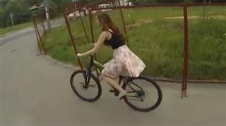 Elle perd sa jupe en pleine rue et se retrouve en string (vidéo) 5