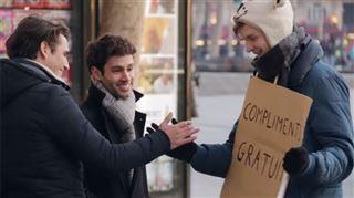 Il fait des compliments à tout le monde dans la rue- Vous êtes super! (vidéo) 12