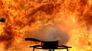 Voici l'effet, au ralenti, d'un verre d'eau versé sur de l'huile en feu (vidéo) 19