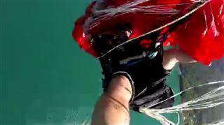 Enorme frayeur- en pleine chute, il s'emmêle totalement dans son parapente et ses voiles de secours (vidéo) 8