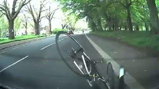 Un cycliste fou fonce dans la voiture d'Edward lors sa toute première leçon de conduite (vidéo) 6