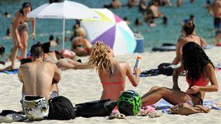 Une vague de chaleur exceptionnelle frappe l'ouest de l'Europe- Dînez léger, buvez de l'eau et dormez seul 5