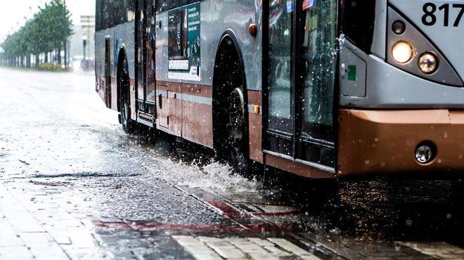 Des automobilistes empruntent une bande de bus près du Decathlon d'Evere- la STIB a trouvé la combinaison infaillible 1