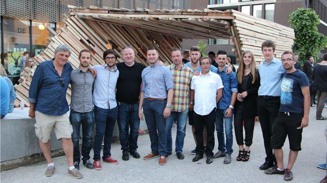 Voici l'œuvre d'une bande d'étudiants en architecture- un pavillon design fait de bois récupéré sur des chantiers à Mons 1