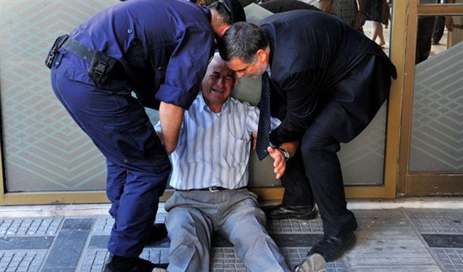 L'homme qui pleure- l'histoire derrière les images poignantes d'un retraité grec (photos) 1