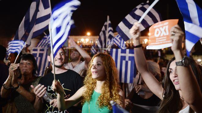Des milliers de Grecs fêtent la victoire du non à Athènes 3