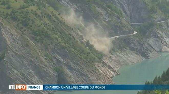 Les habitants d'un village français sont coupés du monde à cause de la menace d'effondrement d'un pan de montagne (vidéo) 3