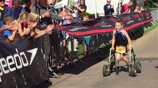 Un garçon de 8 ans, atteint de paralysie cérébrale, termine son premier triathlon (vidéo) 2
