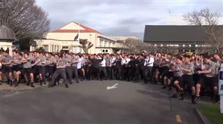 Des étudiants exécutent un haka émouvant à l'enterrement de leur professeur (vidéo) 32
