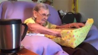 Cette grand-mère a fondu en larmes quand on lui a offert ce surprenant cadeau (vidéo) 25