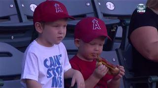 Un petit garçon à la lutte avec son hot-dog (vidéo) 31