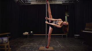 Ses mouvements de pole dance se sont avérés beaucoup trop sexy (vidéo) 32