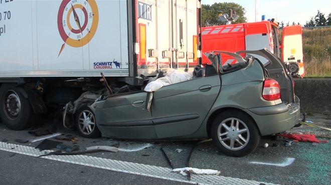 Réaction en chaîne sur l'E17 à Saint-Nicolas- un camion finit sur la berme centrale après un accident mortel ce matin 1