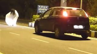 Deux hommes déguisés en fantômes effraient un chauffeur, mais ils ne s'attendaient pas à un tel retournement de situation (vidéo) 7