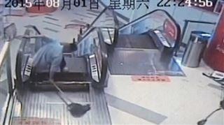 Chine- un escalator a failli engloutir une nouvelle victime, l'homme n'en sortira pas indemne (vidéo) 5