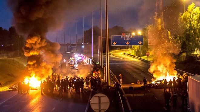 Chaos sur l'autoroute A1 bloquée par des gens du voyage en France- des Belges parmi les vacanciers coincés (photos) 1