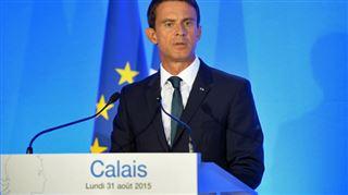 Valls annonce un nouveau campement pour les migrants à Calais- une femme dénudée crie son désarroi en pleine conférence de presse 4