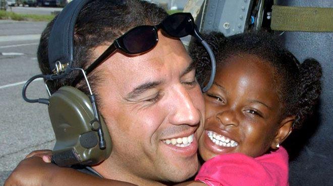 USA- unis par un sourire pendant Katrina, le militaire et la fillette se retrouveront 10 ans après 1
