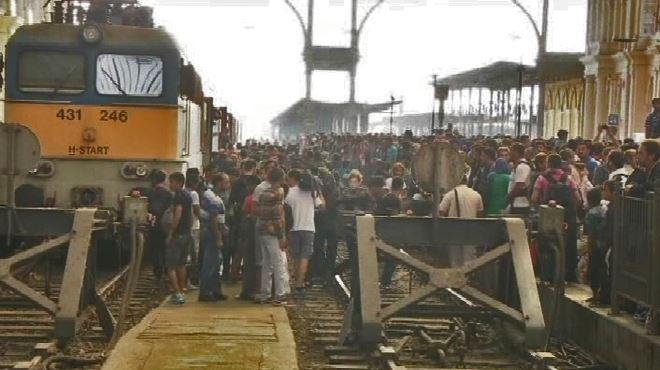 CHAOS TOTAL en Hongrie- des milliers de migrants prennent d'assaut la gare de Budapest après sa réouverture, la police absente (vidéo) 1
