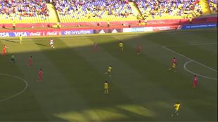 Un gardien sort jusqu'au camp adverse avec le ballon