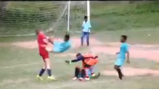 Il assène un horrible flying kick à son adversaire