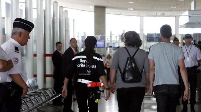 Roissy: le diplomate fait tomber 20.000 euros, l'employé qui les ramasse interpellé